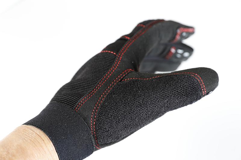 親指部分にはふき取りな素材を採用